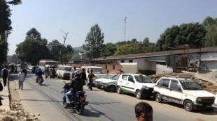 Ces véhicules font la queue pour obtenir de l'essence à Patan, près de Katmandou. Photo prise début octobre par Rosemarie Chazay.
