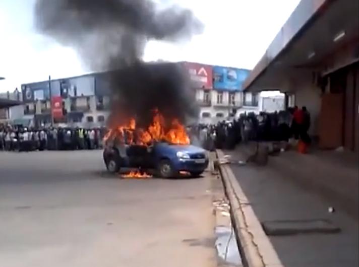 Capture d'écran d'une vidéo tournée alors que le taxi est déjà en feu