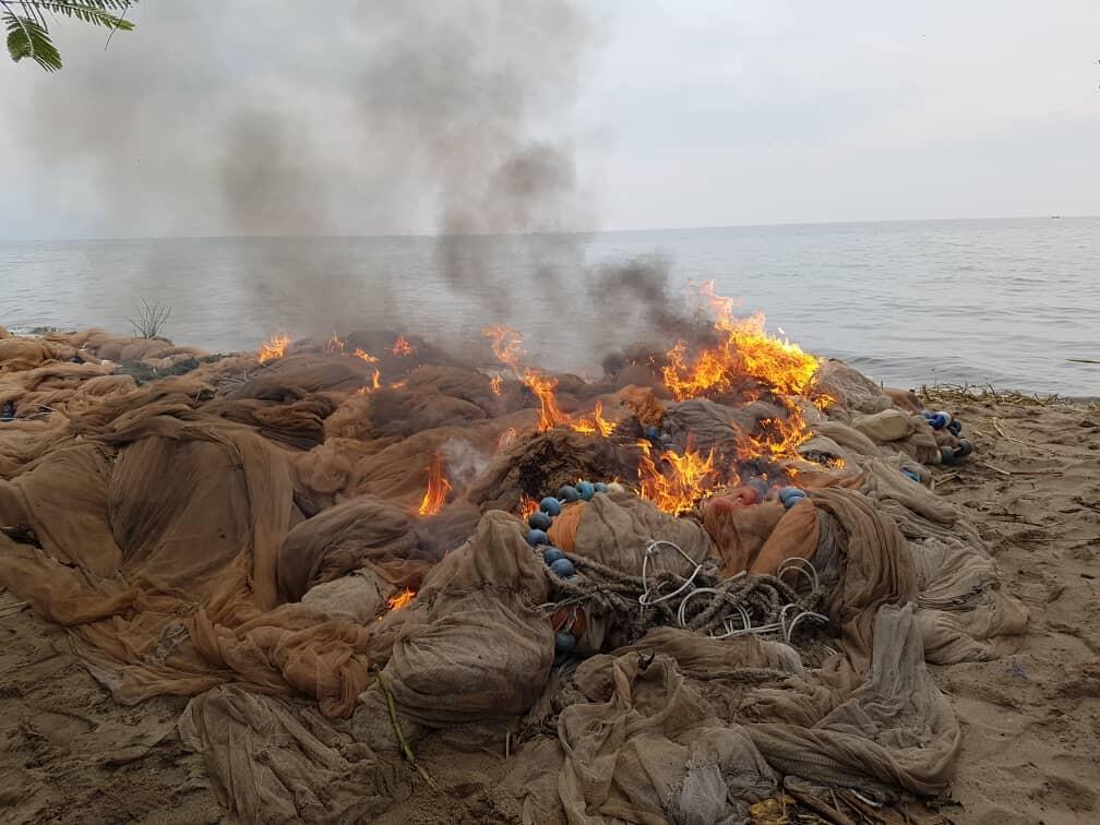 Des filets de pêche interdits incinérés lors d'une opération menée par les autorités le 10 août. Photo envoyée à notre rédaction par Sarah Mugisa.