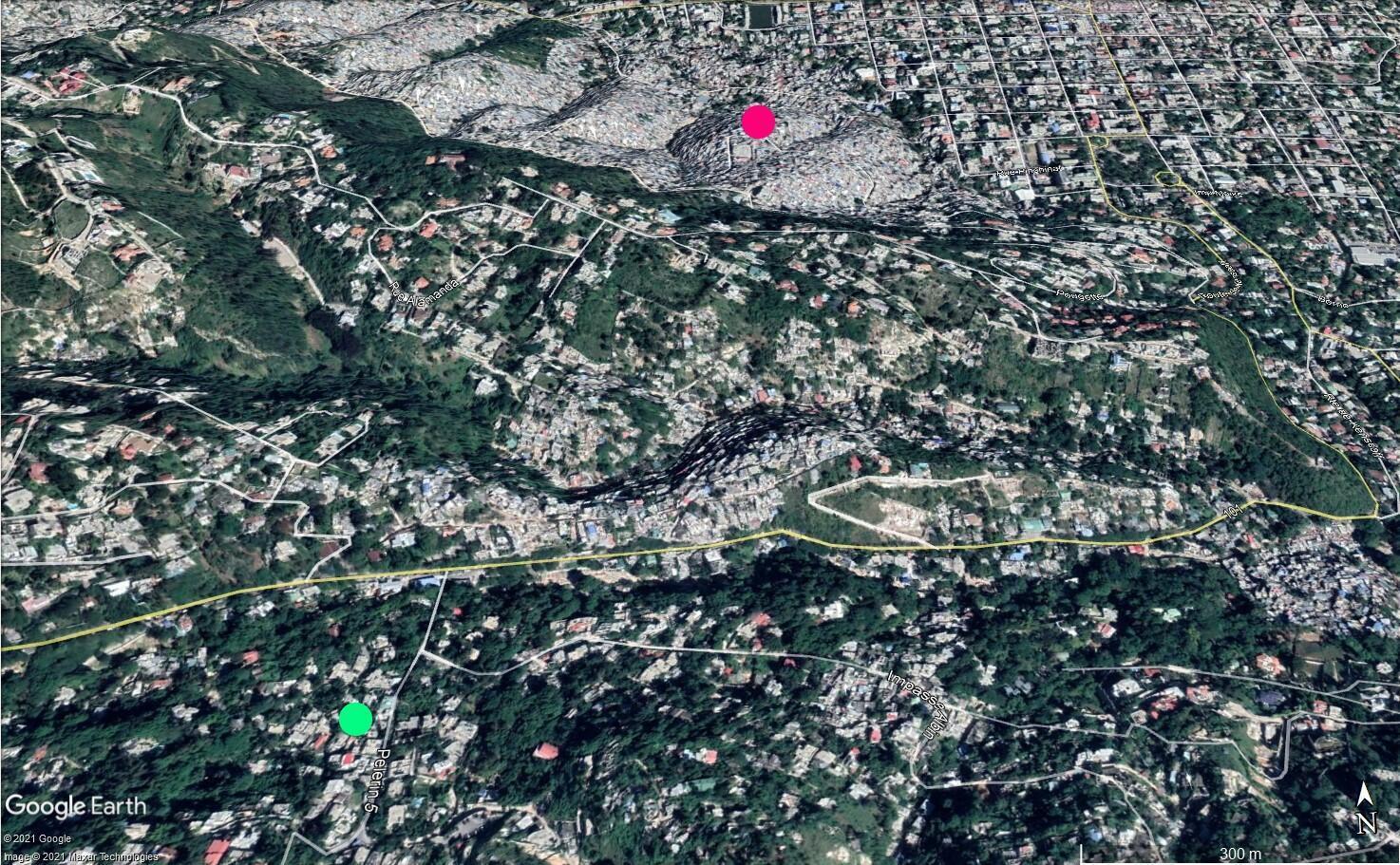 En bas à gauche, le point vert représente la position approximative de la résidence privée de Jovenel Moïse et, en haut au centre, le point rose représente la position approximative de la station de minibus du bidonville de Jalouzi, où deux suspects ont été livrés à la police par la population.