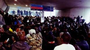 Photo publiée sur la page Facebook du Collectif La Chapelle Debout ! montrant des migrants sans-papiers dans le hall du Terminal 2 de l'aéroport Paris - Charles de Gaulle.