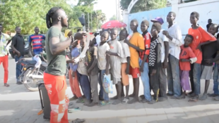 Distribution de tickets alimentaires aux enfants des rues à N'Djamena