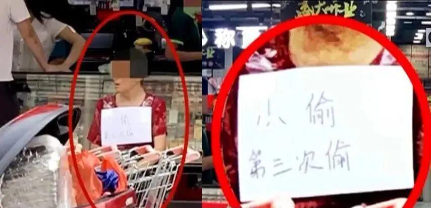 Une femme âgée a été contrainte de s'asseoir devant un magasin avec un panneau l'accusant de vol.