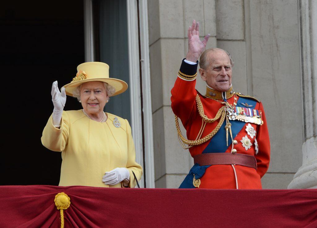 """Exemple de photo montrant le prince Philip habillé de la même façon que sur la photo des """"Grenadier Guards""""."""
