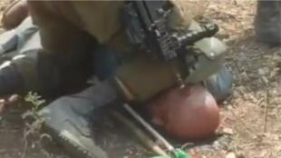 Un soldat israélien pose son genou sur le cou de Khairi Hannoun lors d'une manifestation contre l'implantation de colonies, le 1er septembre. Photo publiée sur Twitter.