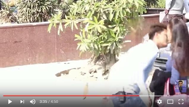 Capture d'écran de la vidéo montrant le youtubeur embrasser des femmes sans leur consentement. La vidéo a depuis été retirée de YouTube.