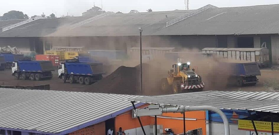 Photo prise par un riverain du boulevard de Marseille à Treichville montrant des opérations de chargement de matière première dans des camions. Des riverains affirment que c'est cette poussière qu'ils cotoient au quotidien.