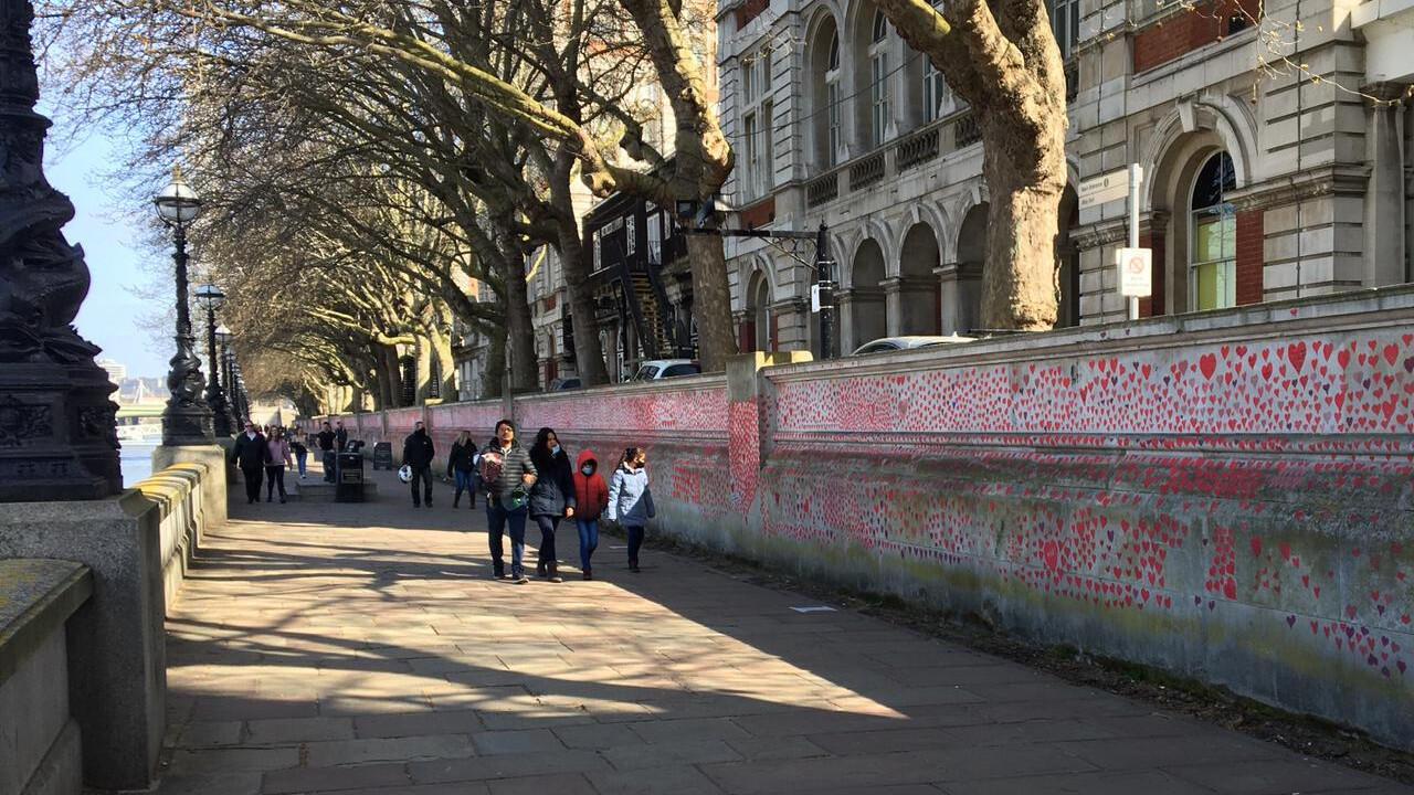 À Londres, un mémorial de 150 000 cœurs en mémoire aux victimes du Covid-19.