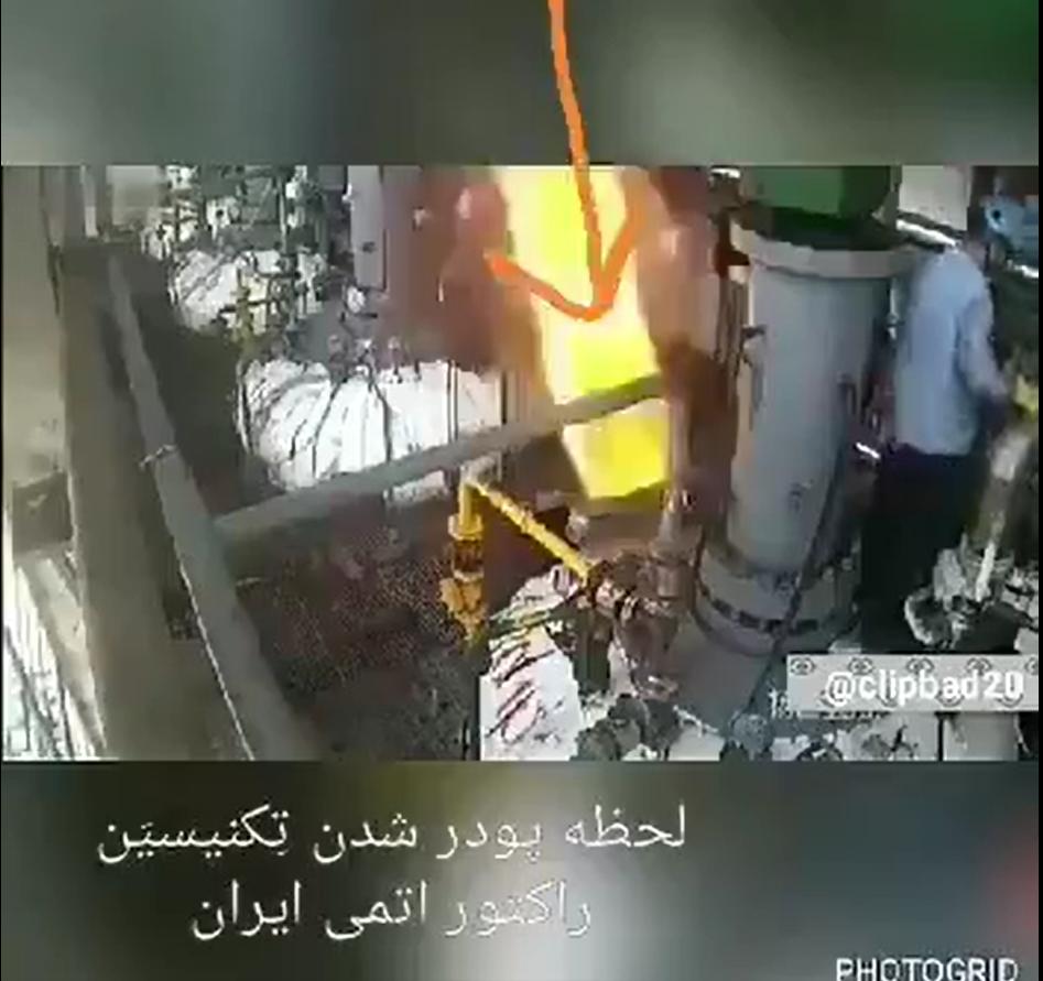 Captures d'écran de la scène montrant un employé disparaître après une brève explosion. France 24 a décidé de ne diffuser que des captures d'écran de la scène, car elle peut choquer les plus sensibles.