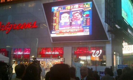 Retransmission des résultats à Times Square. Photo postée sur Twitter.