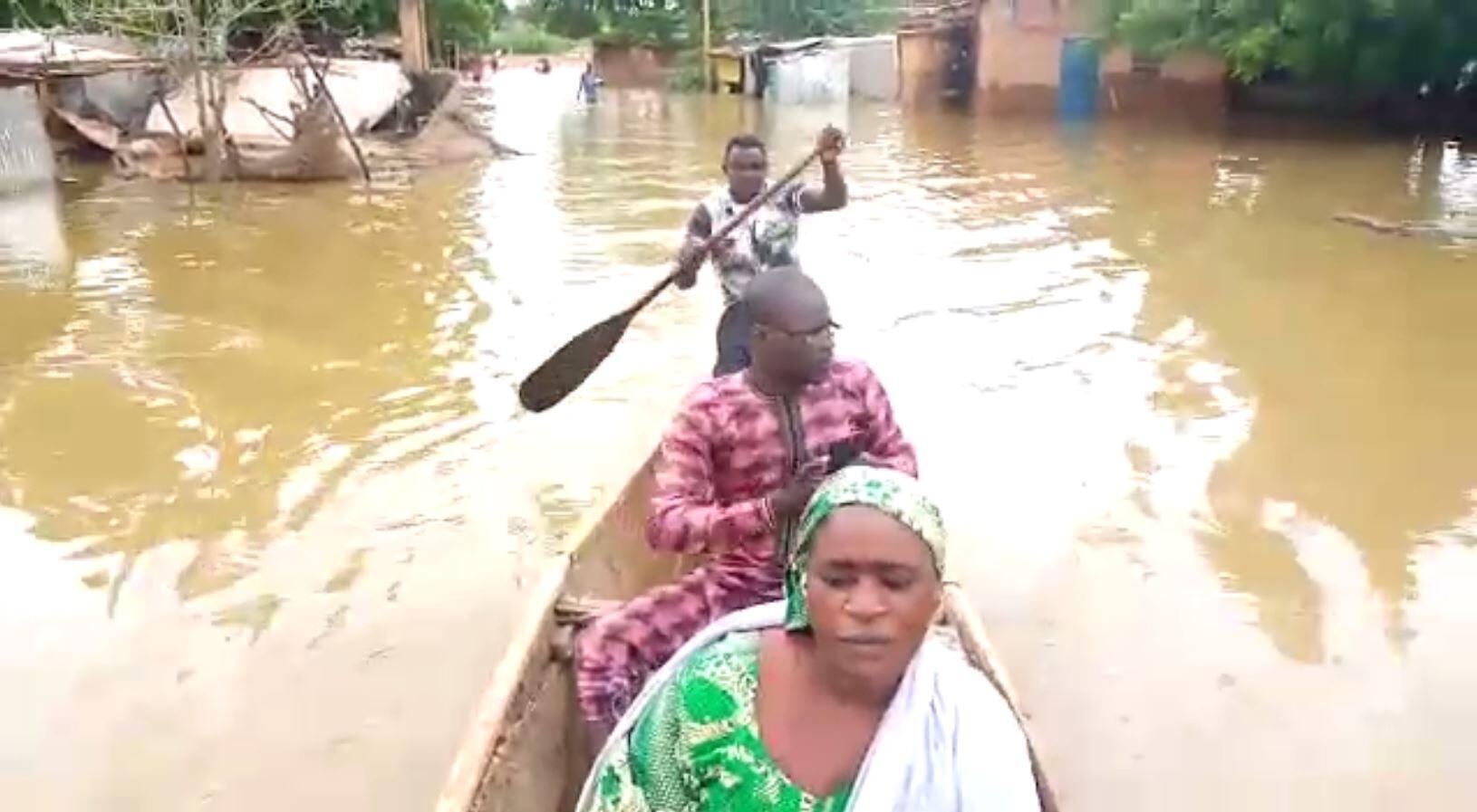 Dans le quartier Harobanda situé sur la rive droite du fleuve Niger, les habitants traversent les rues dans des barques. Captures d'écran d'une vidéo envoyée par notre Observateur.