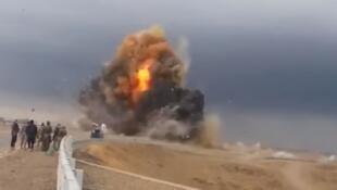 L'explosion gigantesque d'un véhicule suicide de l'EI, filmée par une milice chiite. Capture d'écran d'une des vidéos ci-dessous.