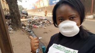 """Connaissez-vous le """"selfie-déchet"""" ? En Guinée, la blogueuse Fatoumata Chérif compte bien le populariser pour dénoncer les amas de détritus dans la capitale."""