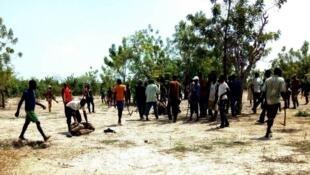 Un Koglweogo à terre (à gauche) après des affrontements avec des habitants à Tialgho le 19 mai, au Burkina Faso. Photo envoyée par nos Observateurs.