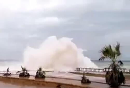 Capture d'écran d'une vidéo amateur montrant les vagues envahir la corniche de la ville de Mukalla au sud du Yémen.