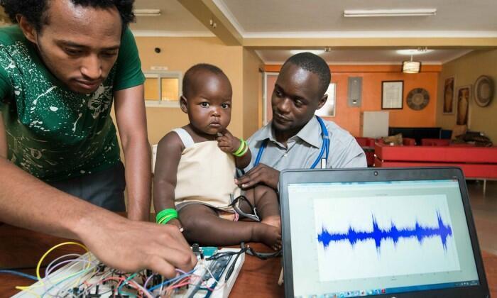 L'équipe de MamaOpe en train de tester leur veste pour détecter la pneumonie. Photo : The Royal Academy of Engineering.