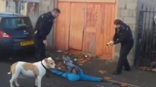 Judah Adunbi allongé sur le sol après avoir reçu un coup de pistolet électrique. (capture d'écran de la vidéo, voir dans l'article).