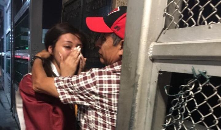 سارای روییز صحنه احساسی در آغوش کشیدن پدرش را روی پلی در مرز مکزیک به اشتراک گذاشت (صفحه فیسبوک سارای روییز)