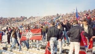 Le virage nord du Stade Gerland a été le lieu de revendications néonazis par certains supporters. Photo prise en 1987.