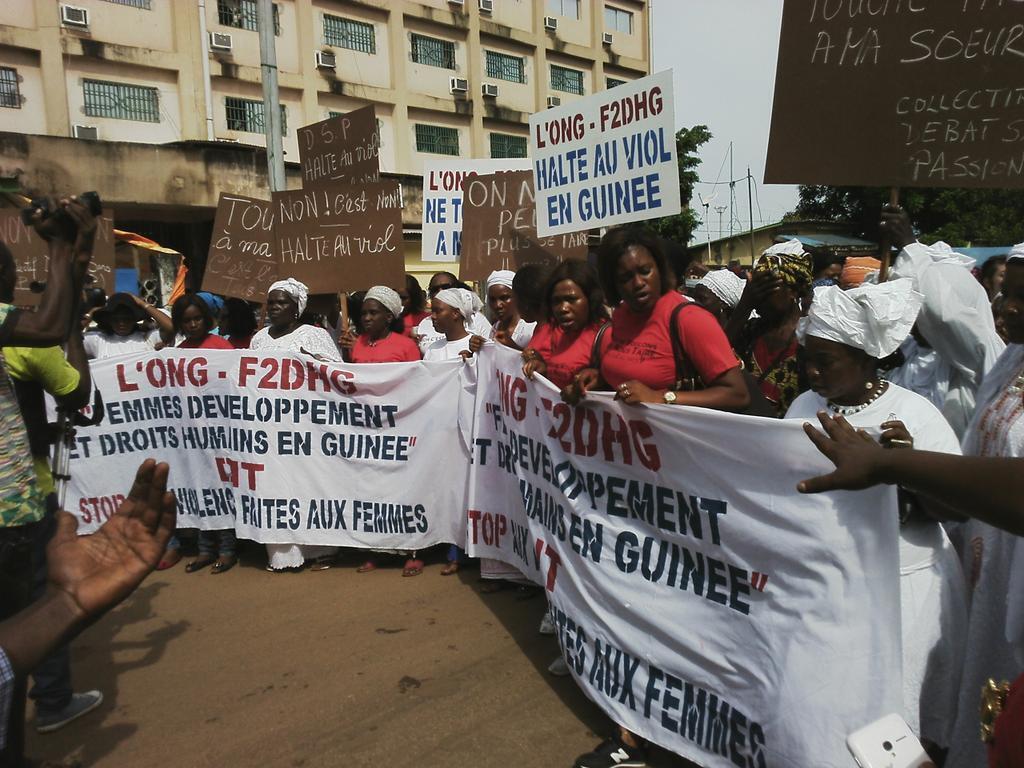 """""""Halte au viol"""" ou """"Touche pas à ma soeur"""", tels étaient les slogans de la manifestation contre les violences sexuelles faites aux femmes mercredi 4 novembre à Conakry. Photo Alfa Diallo."""