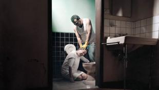 """Dans les centres """"soignant"""" les personnes homosexuelles et/ou transgenres, ces dernières peuvent être punies, si elles ne nettoient pas correctement les sanitaires par exemple. Photo : reconstitution de Paola Paredes."""
