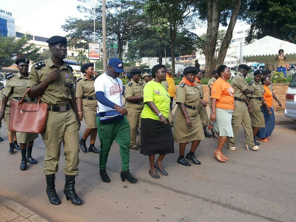 Des policiers ougandais défilent en talons aiguilles pour le droit des femmes. Photo : Uganda Police Force.