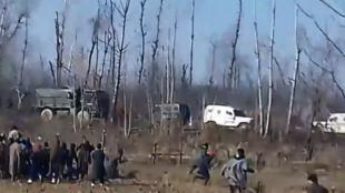 عکس گرفته شده از ویدئوی درگیریهایی که در تاریخ ۱۵ دسامبر در بخش کارپورا سیرنو از منطقه پولواما در ایالت جامو و کشمیر در شمال هند رخ داده است.
