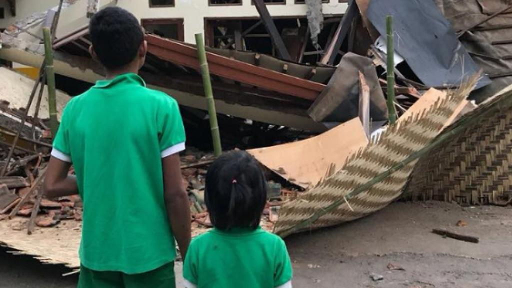 Deux enfants devant le sruines du centre de la fondation Peduli Anak. Images : fondation Peduli Anak