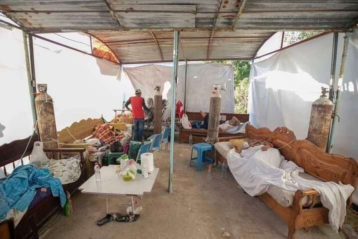 Une tente a été aménagée dans la cour de l'hôpital de Mateur, au nord de la Tunisie, pour accueillir les patients atteints du Covid-19.