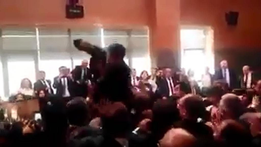 Capture d'écran d'une des vidéos publiées sur les réseaux sociaux montrant la bagarre.
