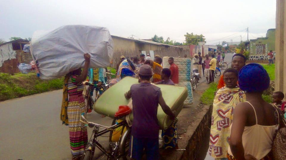 Des habitants du quartier de Mukatura au nord de Bujumbura fuient face aux violences entre forces de l'ordre et oppsants armés. Photo: SOS Media Burundi