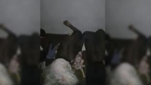 صورة شاشة من فيديو نشر على فيس بوك يظهر مهاجرين سودانيين وهم يتعرضون للجلد من جماعة مسلحة في ليبيا.