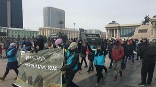 Samedi 28 janvier, plusieurs milliers de personnes ont manifesté à Oulan-Bator pour demander au gouvernement de lutter davantage contre la pollution. Photo : Sainbayar Davaabat (compte Twitter : @dsainbayar).
