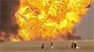 une puissante explosion éjecte un camion sur plusieurs centaines de mètres, au poste frontièred'Islam Qala, entre l'Iran et l'Afghanistan, le 13 février 2021.