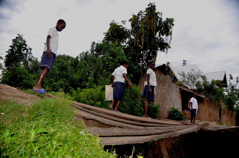 À Kiwanja, dans la province du Nord-Kivu, les enfants traversent des ponts de fortune pour aller à l'école. Photo envoyée par notre Observateur Joseph Tsongo.