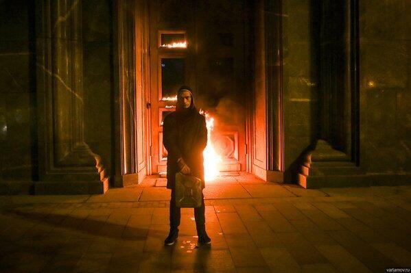Petr Pavlenskuy devant le siège des services sercrets, juste avant son arrestation. Photo publiée sur Varlamov.ru
