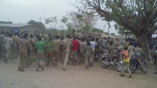 Les élèves de Tchamba, dans l'est du pays, ont manifesté ce lundi pour exiger de retourner en classe. De nombreux cours sont régulièrement annulés depuis octobre, en raison de la grève des enseignants. Photo relayée sur Twitter par Maxime Domegni.