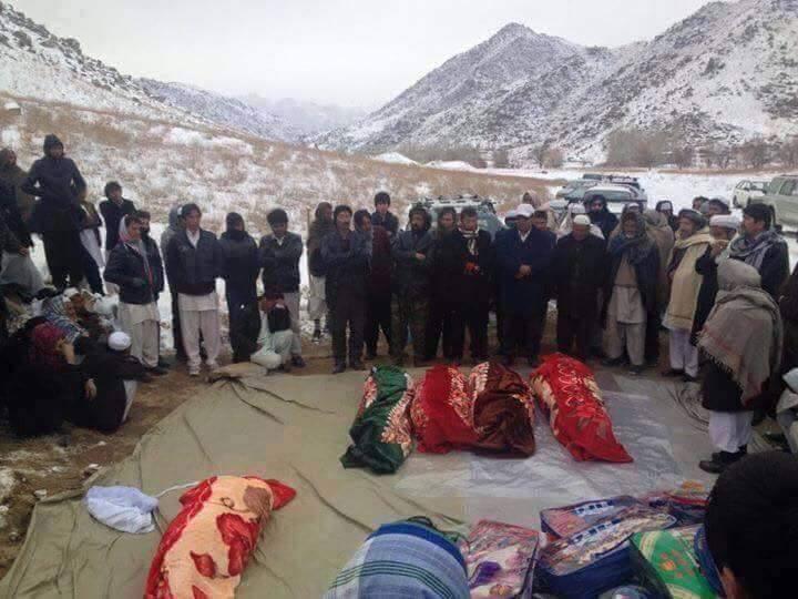 Recueillement de Hazaras devant les coprs des vicitmes égorgées, près de Ghazni.