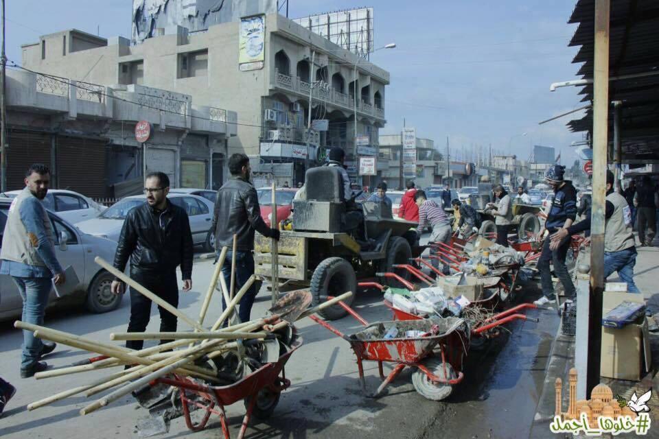 Des volontaires en train de nettoyer les quartier est de Mossoul. Facebook.