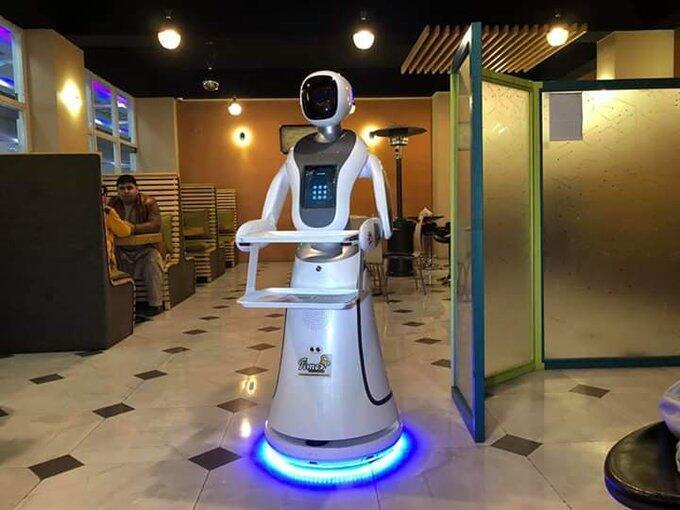 """Dans un restaurant afghan, ce robot baptisé """"Timea"""" a récemment fait le buzz. Source: @IsmailHotak1"""