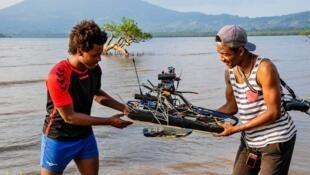 Mohamed El Assad (à droite) a mis au point un drone marin permettant de surveiller les zones de pontes des tortues. Crédit : VOLTA 100 % expérience.