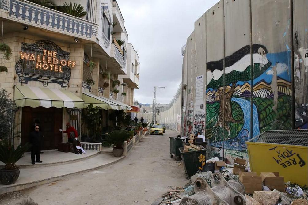 Walled off Hotel de Banksy devant le mur de séparation