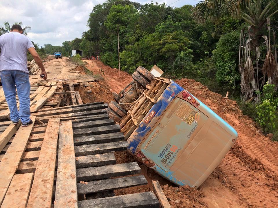 Les habitants de la région de Manaus réclament la réhabilitation de la route BR-319, jugée laissée à l'abandon et où des accidents ont fréquemment lieu. Photo Luciano Dias.
