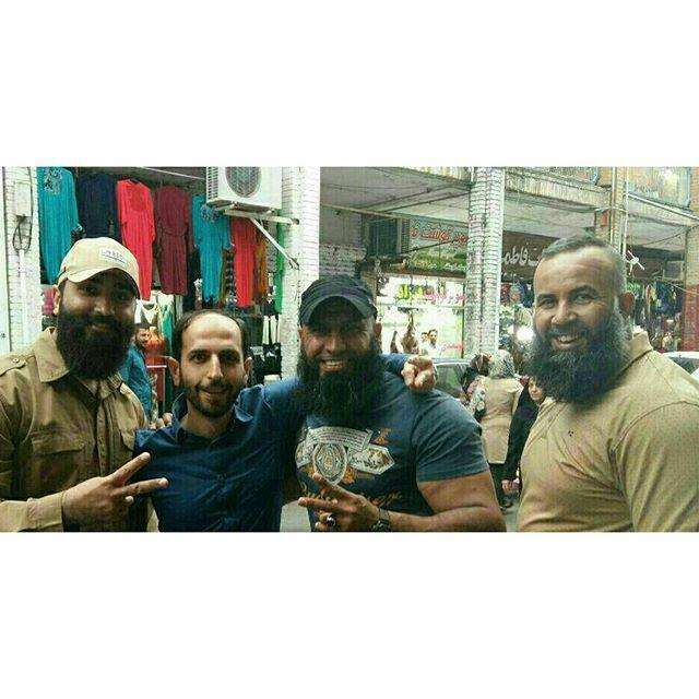 Abou Azrael et Abou Hor, un membre iranien des milices de l'imam Ali, posent avec deux personnes à Noshahr, en Iran.