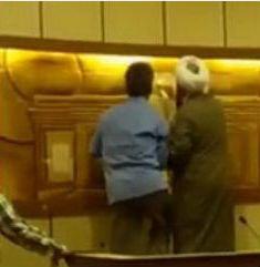 L'élu municipal Abbas Gaziri détruit un symbole zoroastrien dans la salle du conseil municipal de Yazd