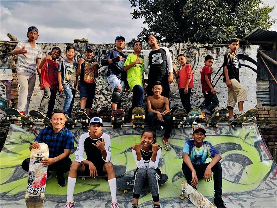 Ujwol Dangol (en haut, quatrième en partant de la droite) entouré de jeunes skateurs au skatepark de Katmandou. Photo de Tamang Bijay, publiée sur Facebook le 19 septembre 2018.