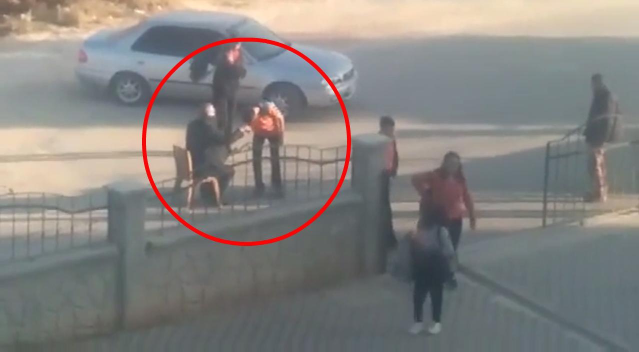 Capture d'écran de la vidéo, montrant un élève embrassant la main du directeur à l'entrée de l'établissement.