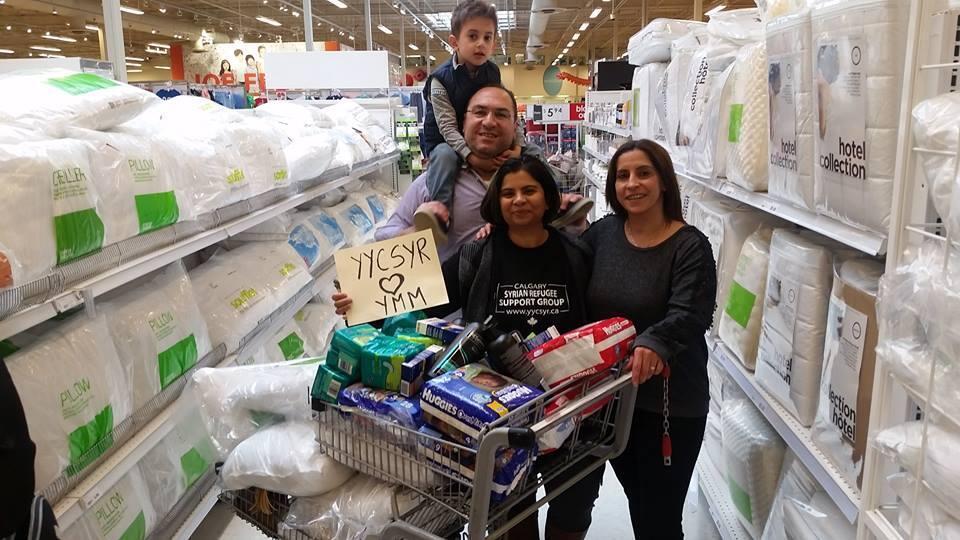 Saima Jamal, co-fondatrice de l'association de soutien aux réfugiés de Calgary, en train de faire les courses pour les snistrés de Fort McMurray  - photo: Syrian Refugees Support Group