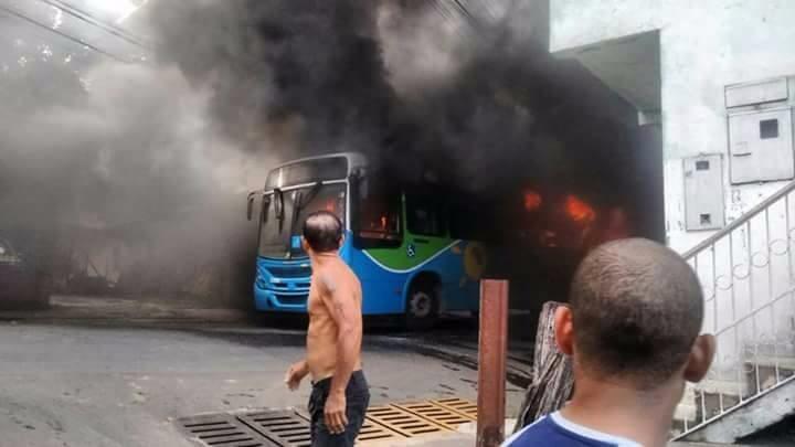 Un bus municipal incendié à Vila Velha le 14 février 2017, photo transmise par notre Observateur.