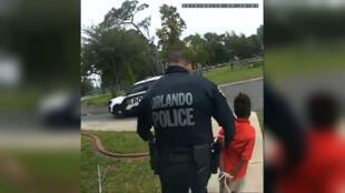 Un policier emmène une jeune fille de 6 ans, menottée. Vidéo diffusée par les avocats de la famille.